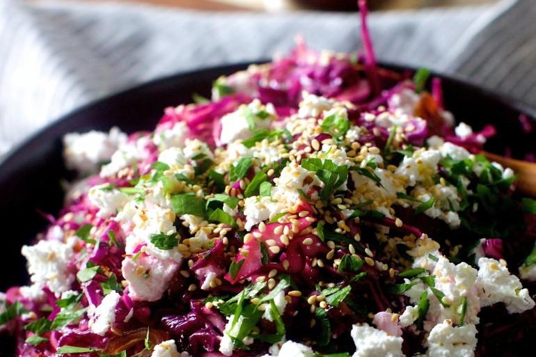 Салат с капустой, финиками и сыром фета
